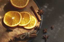Оранжевые куски и циннамон на таблице Стоковое фото RF