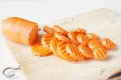 Оранжевые куски моркови клали на деревянную плаху Стоковое фото RF