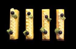 Оранжевые куски торта губки мусса и фисташки с пущенными по трубам butter стоковое изображение rf