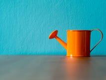 Оранжевые лейки положенные на деревянный стол предпосылка космос бирюзы и экземпляра для содержания Стоковое Изображение