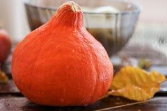 Оранжевые листья осени тыквы и маска хеллоуина на старой деревянной таблице с космосом бесплатной копии стоковые изображения