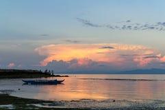 Оранжевые облака отражая солнечный свет Стоковые Изображения