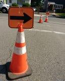 Оранжевые отражательные конусы безопасности дорожного движения с стрелками Стоковое Изображение RF