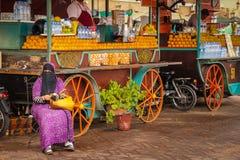 Оранжевые продавцы квадрат fna el djemaa marrakesh Марокко Стоковые Фотографии RF