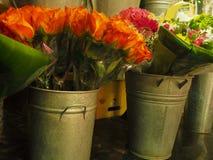 Оранжевые розы для продажи в цветочном магазине Стоковое Фото
