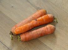 Оранжевые свежие моркови на деревянной предпосылке стоковые фото