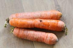 Оранжевые свежие моркови на деревянной предпосылке стоковые фотографии rf