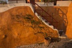 Оранжевые стена и лестницы, Oia, Santorini, Греция Стоковые Фотографии RF