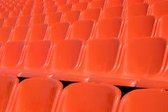 Оранжевые строки стульев через изображения ширины стоковые фотографии rf