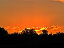 Оранжевые тени неба лета на заходе солнца Стоковая Фотография RF