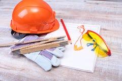 Оранжевые трудная шляпа, беруш, защитные стекла и перчатки для работы Беруш для уменьшения шума на белой предпосылке Стоковое Изображение