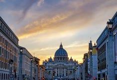 Оранжевые уличные светы St Peter & x27 захода солнца; базилика Ватикан Рим Италия s стоковое изображение