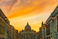 Оранжевые уличные светы St Peter & x27 захода солнца; базилика Ватикан Рим Италия s стоковые фото