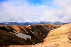 Оранжевые холмы песка со снегом и зеленые горы в национальном парке Landmannalaugar, Исландии стоковые изображения