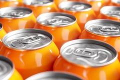 Оранжевые чонсервные банкы безалкогольного напитка Съемка макроса стоковые изображения rf