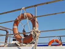 Оранжевые lifebuoys напротив голубого неба Стоковые Изображения