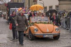 Оранжевый автомобиль с откидным верхом под дождем на параде масленицы, Штутгартом стоковые фото
