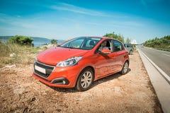 Оранжевый автомобиль & x28; с driver& x29; на обочине - motorization Стоковое Изображение
