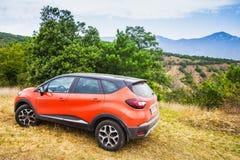Оранжевый автомобиль Renault Kaptur стоковые изображения