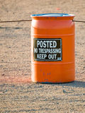 Оранжевый бочонок с предупредительным знаком стоковое фото