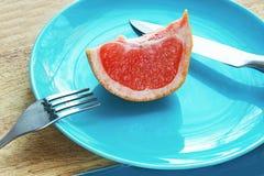 Оранжевый вкусный грейпфрут плодоовощ отрезанный на плите Стоковая Фотография RF