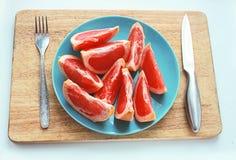 Оранжевый вкусный грейпфрут плодоовощ отрезанный на плите Стоковое Фото