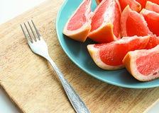 Оранжевый вкусный грейпфрут плодоовощ отрезанный на плите Стоковые Изображения RF