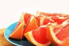 Оранжевый вкусный грейпфрут плодоовощ отрезанный на плите Стоковое Изображение RF