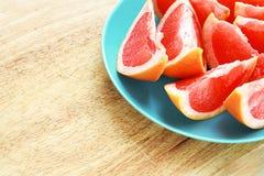 Оранжевый грейпфрут отрезанный на плите Стоковое фото RF