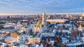 Оранжевый заход солнца и облако над городским пейзажем Киевом, Украиной, Европой стоковое изображение rf