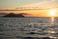 Оранжевый заход солнца и темная вода Стоковое Фото