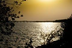 оранжевый заход солнца лета на реке стоковые фотографии rf