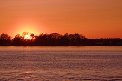 Оранжевый заход солнца неба на озере Стоковые Изображения RF