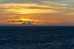 Оранжевый заход солнца небес за горами в Марокко осмотрел от Гибралтарского Залива стоковое фото