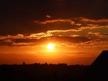 Оранжевый заход солнца с темными облаками Романтичное настроение Погода на день дня Изменения в окружающей среде environment Beau Стоковое Фото