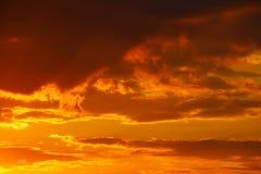 Оранжевый заход солнца с темными облаками Романтичное настроение Погода на день дня Изменения в окружающей среде environment Beau стоковая фотография