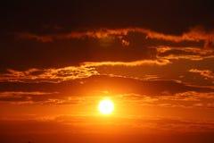 Оранжевый заход солнца с темными облаками Романтичное настроение Погода на день дня Изменения в окружающей среде environment Beau стоковые изображения
