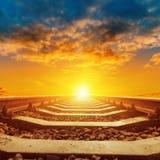 Оранжевый заход солнца над концом железной дороги вверх Стоковое Изображение RF