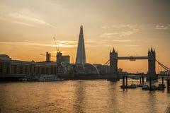 Оранжевый заход солнца на мосте башни, Лондон стоковое изображение rf