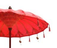 Оранжевый зонтик зонтика пляжа дальше изолированный на белой предпосылке Стоковые Изображения
