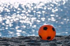 Оранжевый изолят шарика на пляже Стоковые Изображения