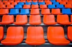 Оранжевый и голубой стул на трибуне Стоковые Изображения RF