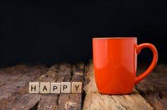 Оранжевый керамический пустой почтовый ящик кружки и бамбука аранжировал слова ha Стоковое фото RF