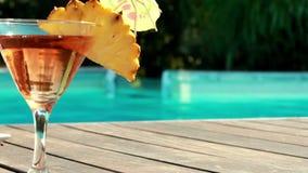 Оранжевый коктеиль бассейном на гостинице сток-видео