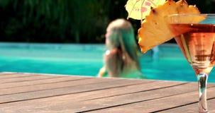 Оранжевый коктеиль бассейном на гостинице видеоматериал