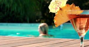 Оранжевый коктеиль бассейном на гостинице акции видеоматериалы