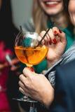 Оранжевый коктеиль margareta свежий в руки Стоковые Фото