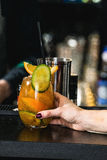 Оранжевый коктеиль margareta свежий на таблице в баре Стоковая Фотография