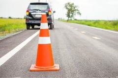 Оранжевый конус движения на проселочной дороге Стоковая Фотография