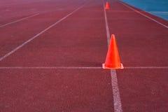 Оранжевый конус на беге используемом беговой дорожкой на практике Стоковое Изображение RF